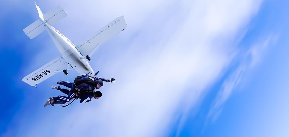 Fallskärmshoppning nära Stockholm - Hoppa fallskärm med instruktör